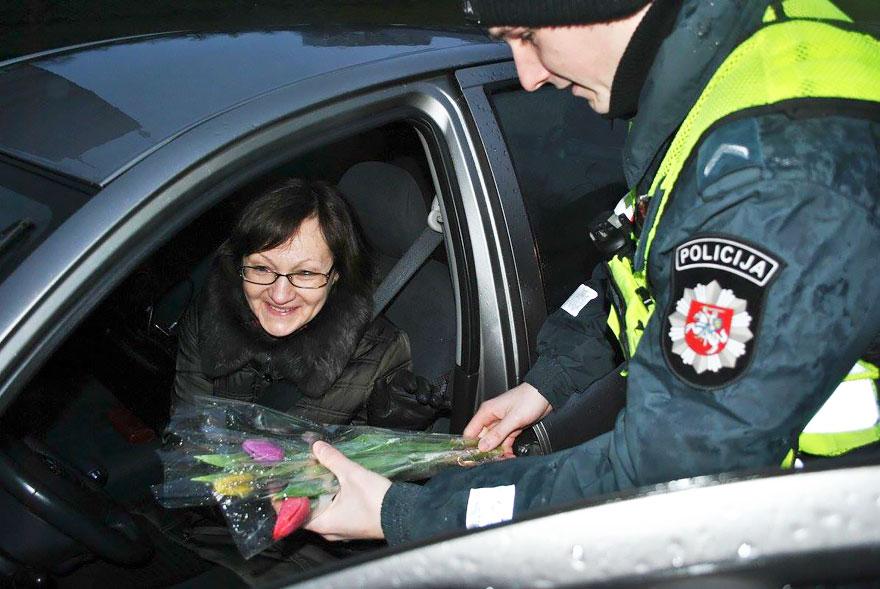policia-lituania-flores-dia-internacional-mujeres-11