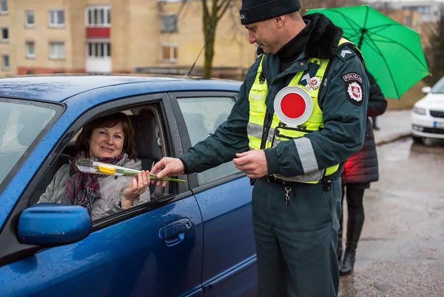 policia-lituania-flores-dia-internacional-mujeres-13