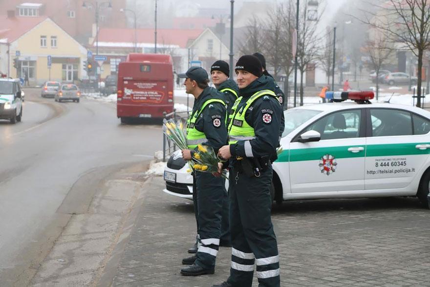 policia-lituania-flores-dia-internacional-mujeres-2