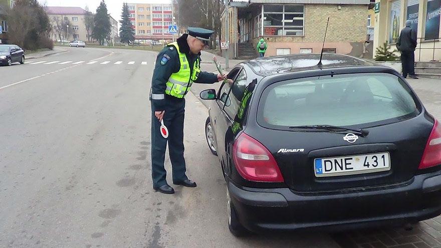 policia-lituania-flores-dia-internacional-mujeres-3