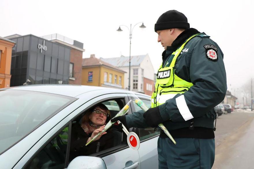 policia-lituania-flores-dia-internacional-mujeres-4