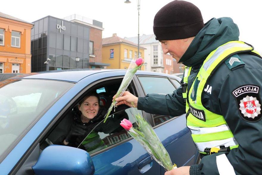 policia-lituania-flores-dia-internacional-mujeres-5
