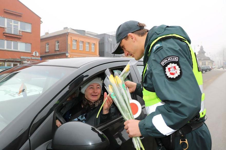policia-lituania-flores-dia-internacional-mujeres-6