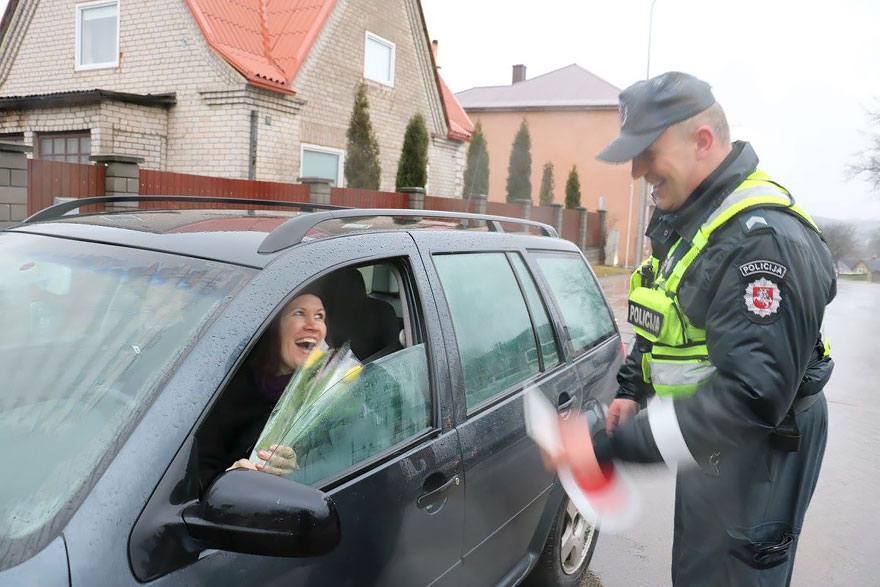 policia-lituania-flores-dia-internacional-mujeres-7