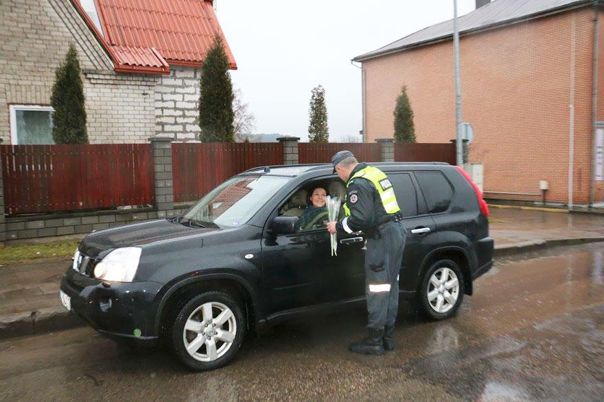 policia-lituania-flores-dia-internacional-mujeres-8