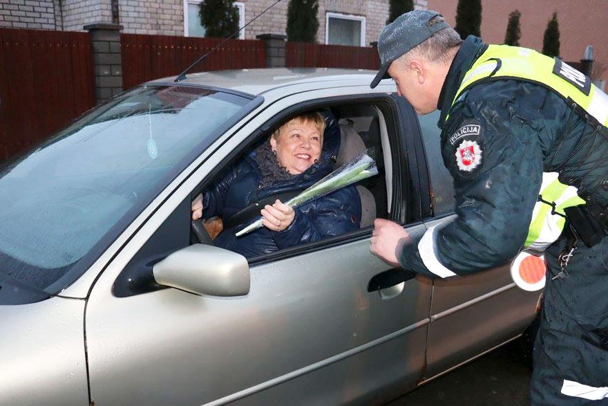 policia-lituania-flores-dia-internacional-mujeres-9