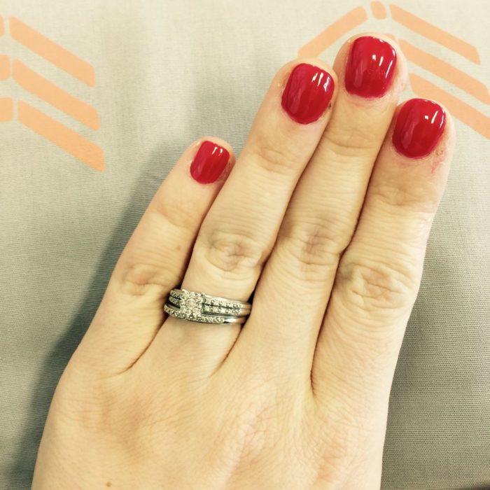 Mujer-defiende-su-pequeño-anillo-de-matrimonio-en-Facebook-3-700x700