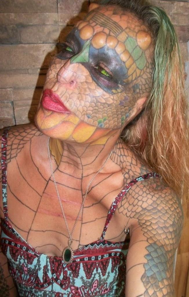 Mujer-mutila-lucir-reptil_905619468_10932806_667x1046