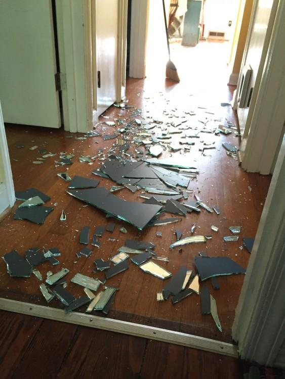 Su-hijo-se-enfadó-y-rompió-el-cristal-de-un-portazo.-Así-reaccionó-la-madre-563x750