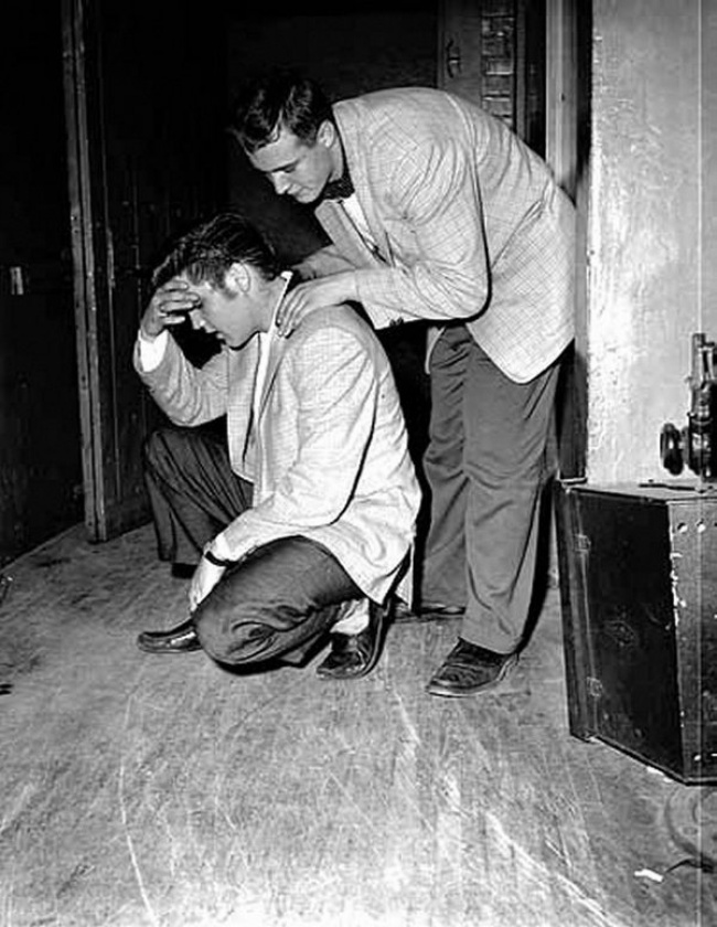 6044-R3L8T8D-650-Elvis-Backstage-1