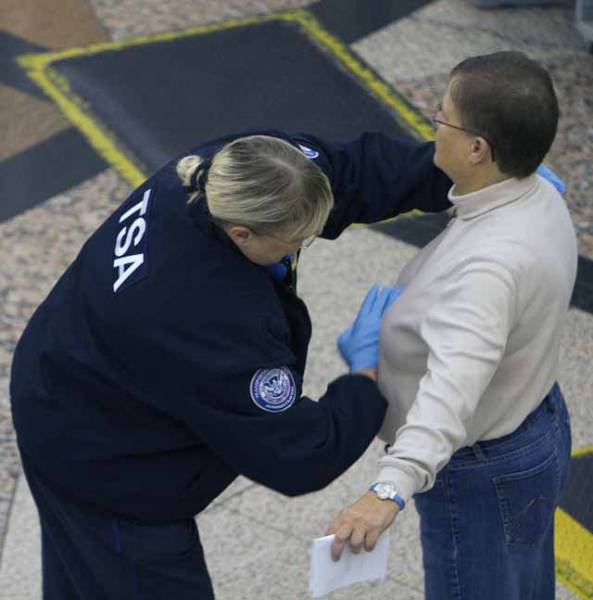 times_when_airport_security_workers_made_it_very_embarrassing_for_some_people_640_29