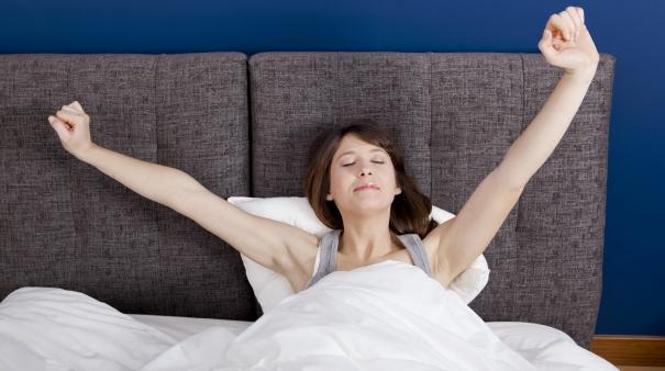 Mujer estirándose en la cama_1
