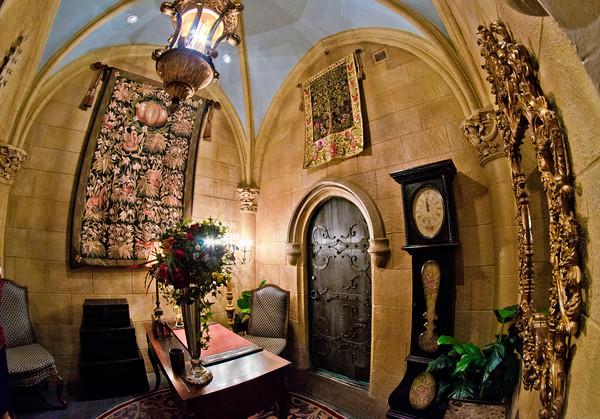 cinderella-castle-suite-lobby-M