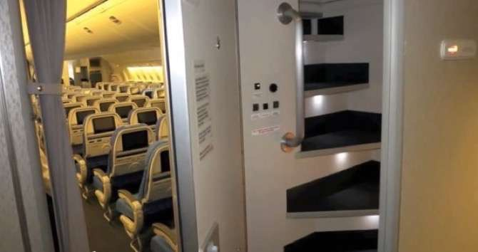 did-you-know-flight-attendants-and-pilots-have-secret-bedrooms-on-planes-16-photos-13-2