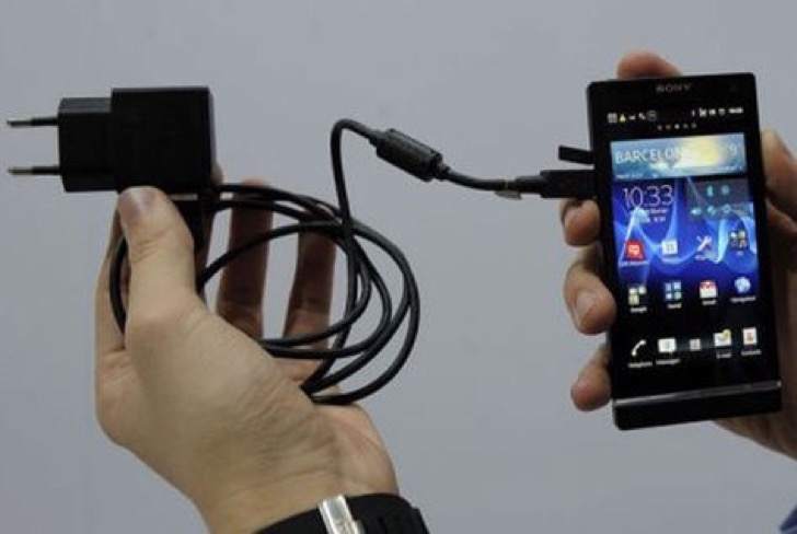 cargador-universal-conectado-telefono-Sony_LRZIMA20120228_0030_11