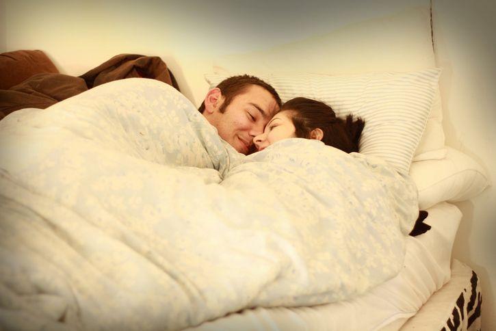 pareja-arropada-en-la-cama