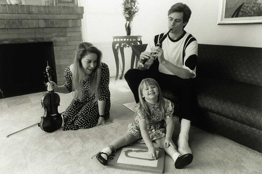 Jim-Carrey-at-home-with-his-wife-Melissa-Womer-and-daughter-Jane-Erin-Carrey-1991