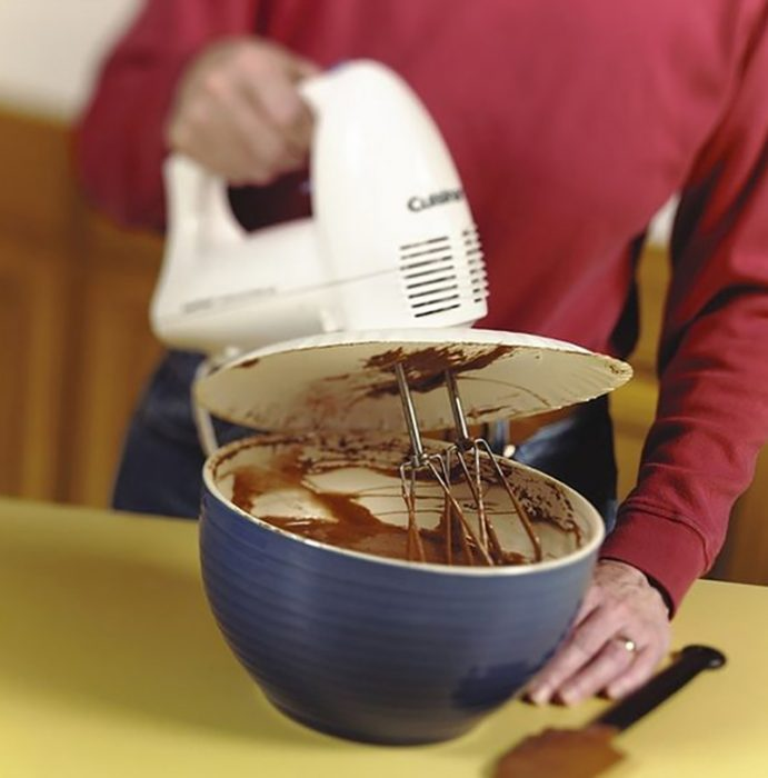 Use-a-paper-plate-to-prevent-splatters-when-using-an-electric-mixer-691x700