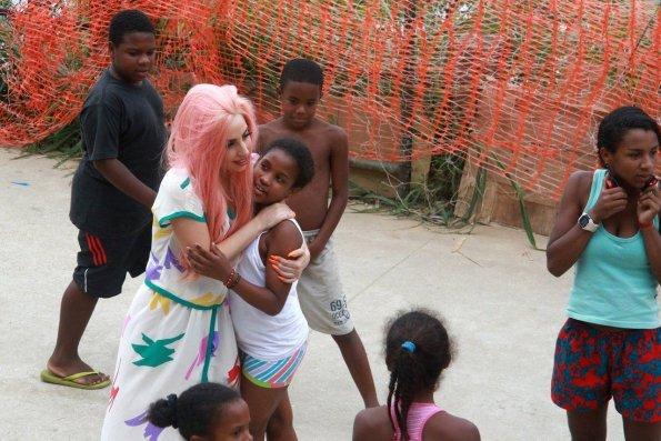 lady-gaga-en-la-favela-de-rio-de-janeiro-kantagalo-_595_397_97150
