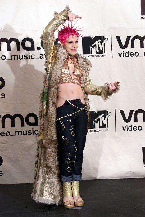 Los-atuendos-más-ridículos-en-la-historia-de-los-VMA-de-MTV-10-467x700