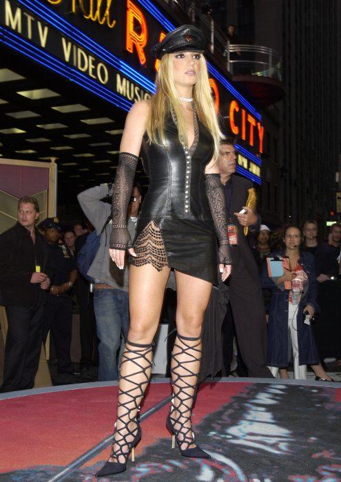 Los-atuendos-más-ridículos-en-la-historia-de-los-VMA-de-MTV-20-495x700