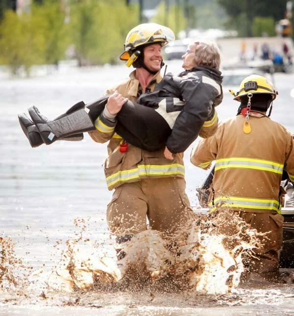 bombero-rescata-senora