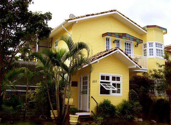 fachadas-de-casas-de-color-amarillo-y-blanco
