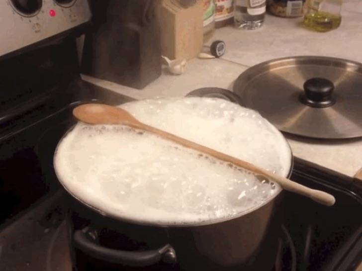 2-wooden-spoons-dont-stop-pots-of-water-from-boiling-over-2