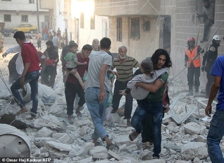 2onouw0dw2ba61df89f0f43bc683-3815262-syrian_men_carry_injured_people_amid_the_rubble_of_destroyed_bui-a-31_1475232604713