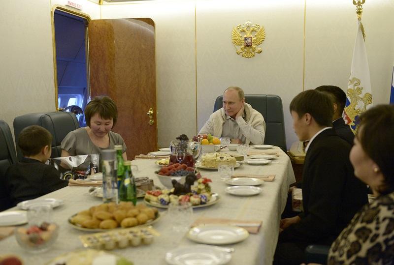 В.Путин встретился с семьей военного, погибшего в период паводка в ДФО