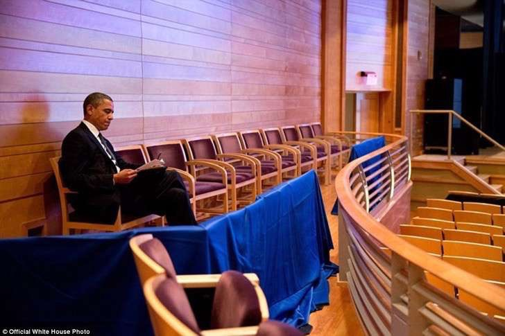 3a3f913400000578-3926100-u_s_president_barack_obama_works_on_his_newtown_speech_at_the_mu-a-15_1478871703701-2