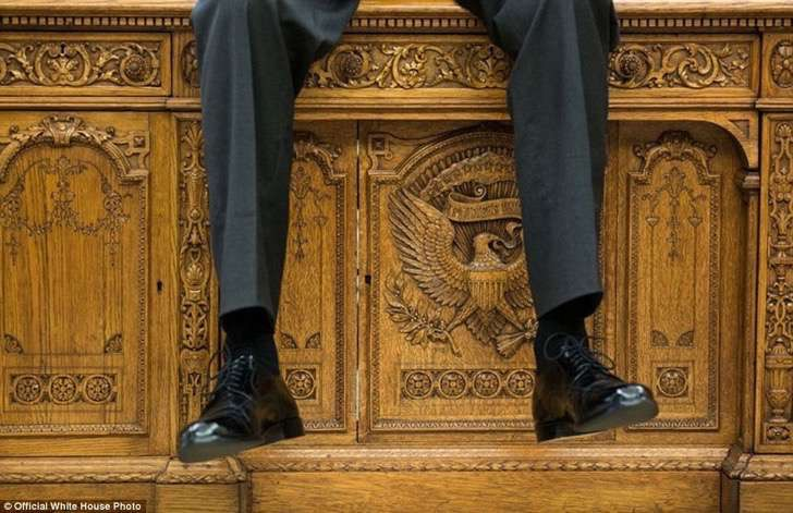 3a3f917c00000578-3926100-october_1_2015_i_focused_on_the_detail_of_the_resolute_desk_as_t-a-20_1478871703841-2