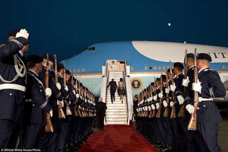 3a3f91a300000578-3926100-united_states_president_barack_and_michelle_obama_board_air_forc-a-5_1478871703269-2