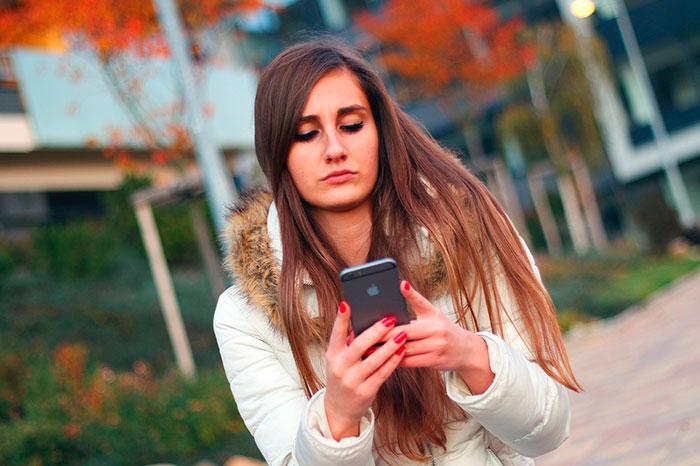 smartphone-chica-realaciones-online