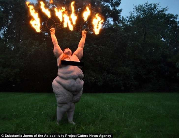 3af45ef600000578-3993448-fire_dancing_in_the_rain_in_detroit_models_were_also_shot_in_a_d-a-13_1480690785266-2