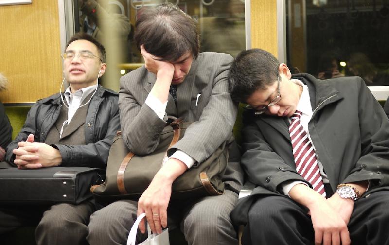 Muchos empleados japoneses trabajan agotadoras jornadas que los