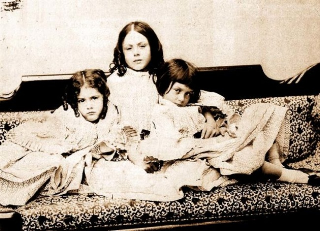 10621510-Alice-Liddell-right-with-sisters-c-1859-640x463-1484310639-650-80fdb31cb4-1484522814