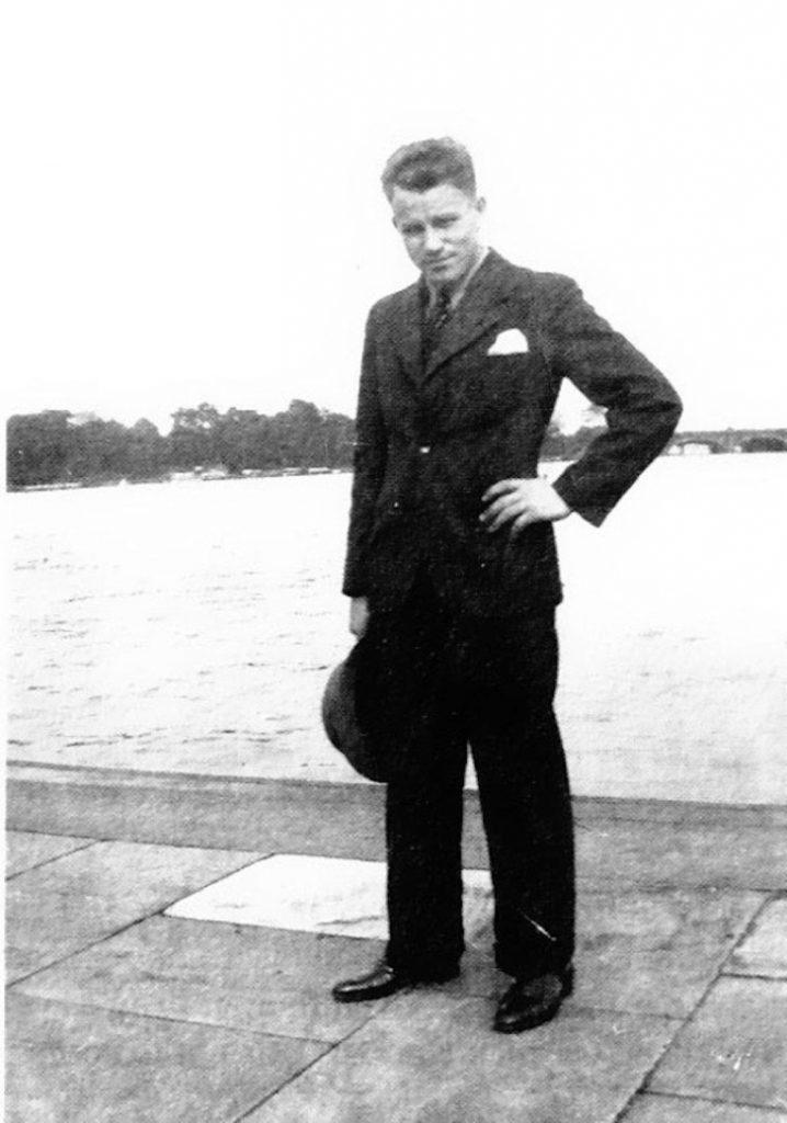 kopie-von-august-landmesser-1935-1-718x1024