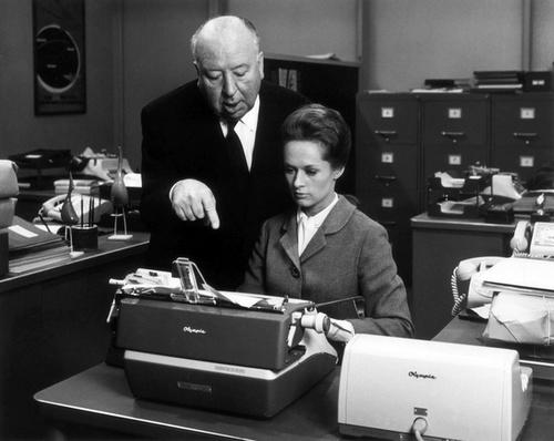 secretaria-con-alfred-hichckoc