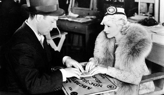 Brian-Donlevy-y-Claire-Trevor-jugando-ouija