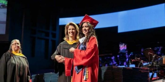 Graduación-de-mexicana-en-Estados-Unidos-696x348