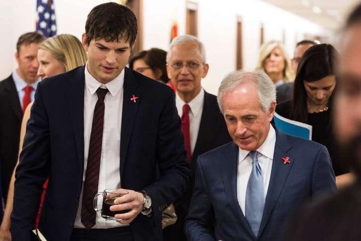 ashton-kutcher-junto-senador-bob-corker-1487232937605-2