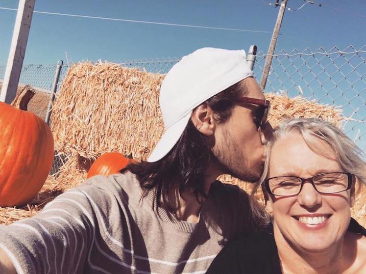 couple-kiss-pumpkin-patch