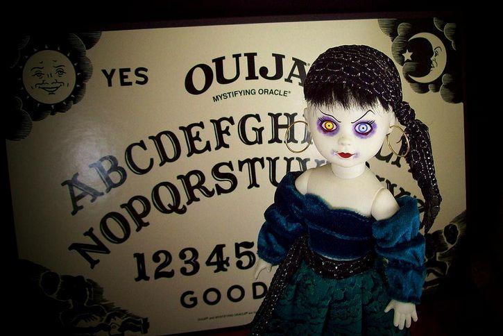 muñeca-diabolica-fondo-tablero-ouija