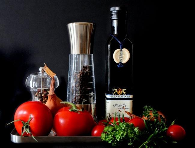 14770360-mediterranean-food-tomatoes-red-56019-1490294226-650-ebd74f17e0-1490819670