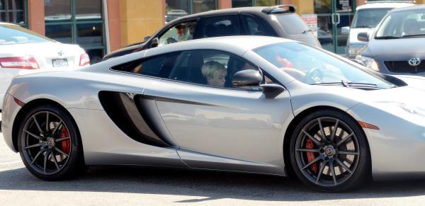 Miley-Cyrus-McLaren-MP4-12C