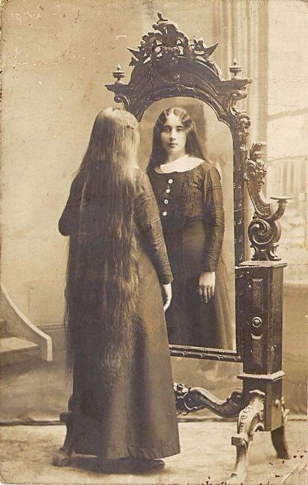 chica-con-el-cabello-largo-445x700
