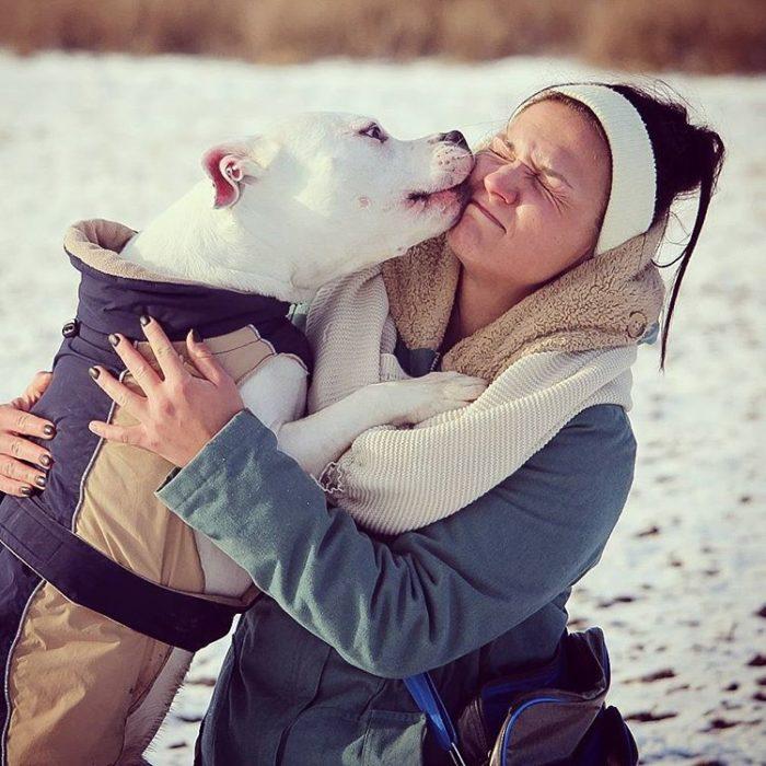 mujer-asco-beso-perro-700x700
