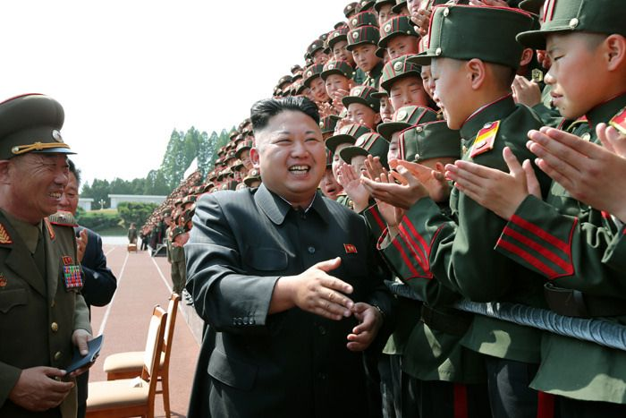 Kim-Jong-un-saludando-a-soldados-coreanos