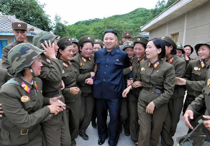 Kim-Jong-un-y-mujeres-del-ejercito-coreano